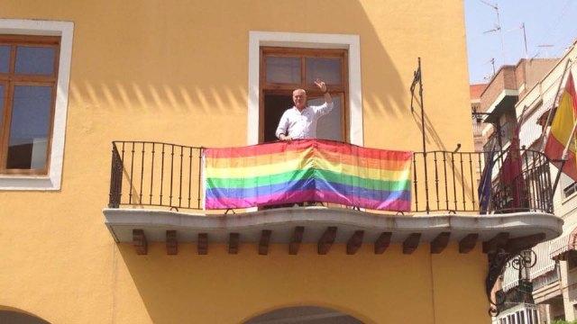 El Ayuntamiento de Alcantarilla muestra por primera vez en su historia la bandera arco iris en el balcón Consistorial desde el día 1 de Julio. - 1, Foto 1