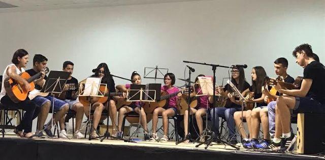 Autoridades municipales asisten al acto de clausura del curso escolar 2016/2017 de la Asociación de Amigos de la Música de El Paretón, Foto 1
