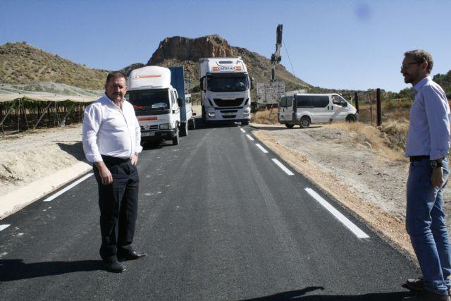 El alcalde visita las obras de mejora de la carretera RM-C8 con el fin de conocer su estado de ejecución, ya en su tramo final, Foto 2