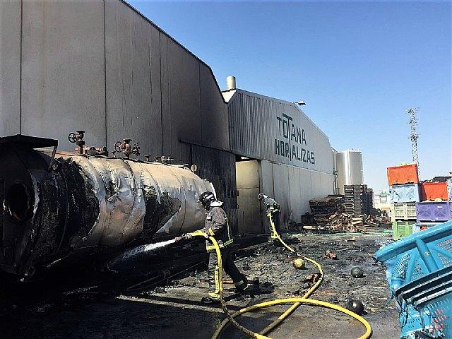 Bomberos trabajan en el incendio en una nave industrial junto al polígono de Totana, Foto 1