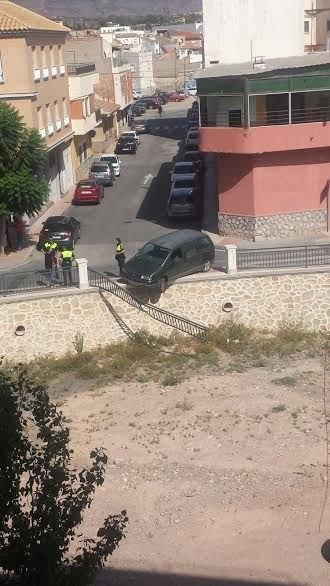 Un vehículo se empotra contra la barandilla de la rambla de La Santa, a su paso por el casco urbano, sin caer al cauce ni lamentar daños personales, Foto 1