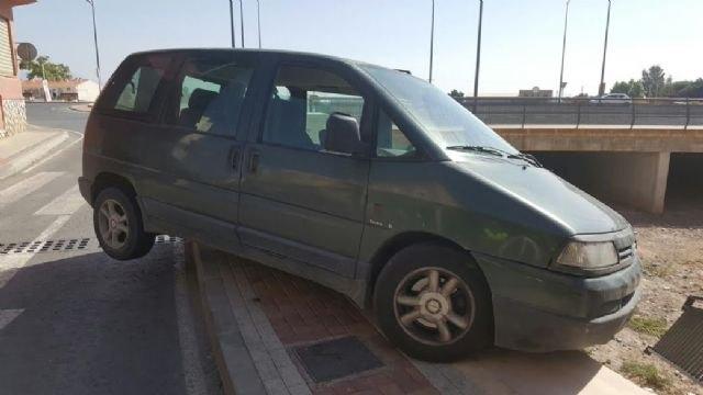 Un vehículo se empotra contra la barandilla de la rambla de La Santa, a su paso por el casco urbano, sin caer al cauce ni lamentar daños personales, Foto 2