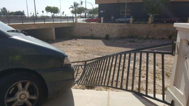 Un vehículo se empotra contra la barandilla de la rambla de La Santa, a su paso por el casco urbano, sin caer al cauce ni lamentar daños personales, Foto 3