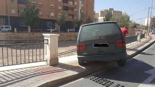 Un vehículo se empotra contra la barandilla de la rambla de La Santa, a su paso por el casco urbano, sin caer al cauce ni lamentar daños personales, Foto 4