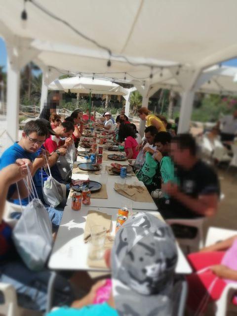 Usuarios del Centro de Día de Personas con Discapacidad Intelectual disfrutan de una invitación en el restaurante ´Deskaro´, Foto 1