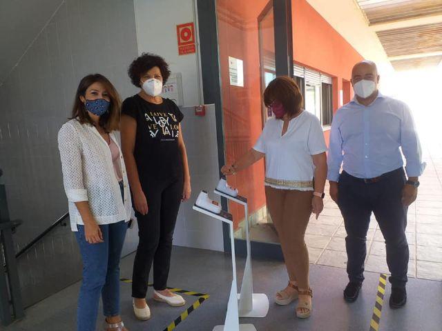 La campaña solidaria de Aseplu y Ayuntamiento dota a todos los centros educativos de Puerto Lumbreras de soportes de temperatura - 1, Foto 1