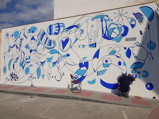 El artista Murfy realiza un mural en la Plaza de Abastos, Foto 2