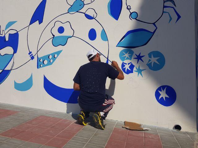 El artista Murfy realiza un mural en la Plaza de Abastos, Foto 3