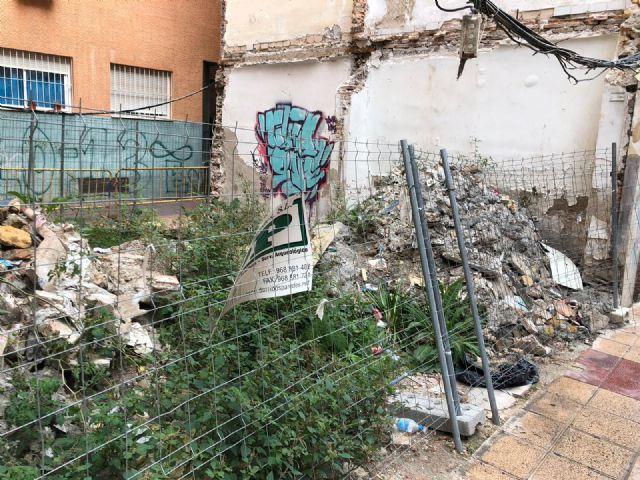 El PSOE pide al PP que ataje ya el riesgo para la salud que supone la acequia que quedó abierta hace meses en el corazón del Barrio del Carmen - 2, Foto 2