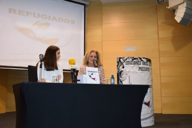La joven Mónica Esteban presenta su novela Refugiados en Mazarrón - 1, Foto 1