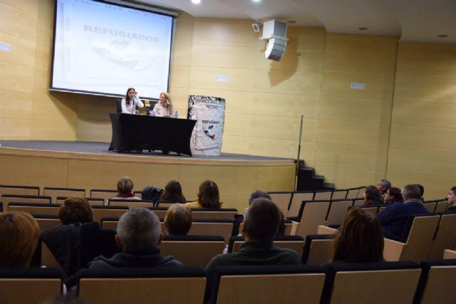 La joven Mónica Esteban presenta su novela Refugiados en Mazarrón - 2, Foto 2