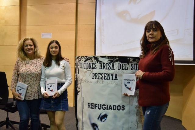 La joven Mónica Esteban presenta su novela Refugiados en Mazarrón - 3, Foto 3