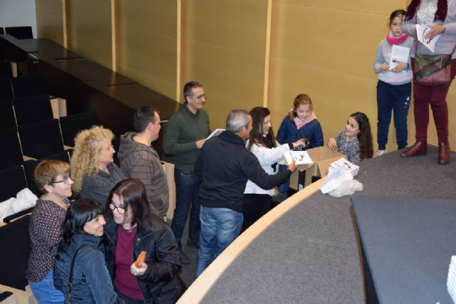 La joven Mónica Esteban presenta su novela Refugiados en Mazarrón - 4, Foto 4