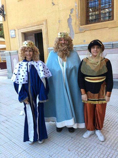 Los Reyes Magos visitaron esta mañana Cáritas Tres Avemarías, Foto 3
