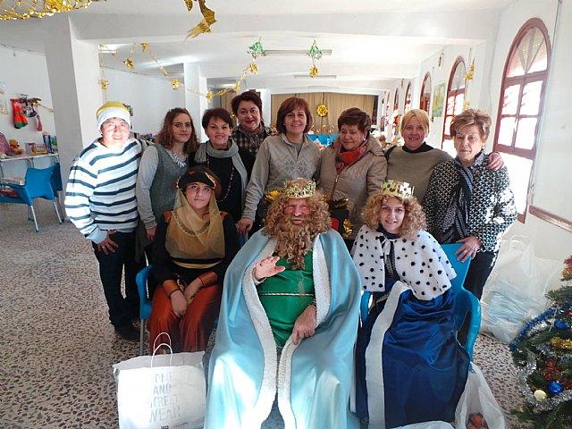 Los Reyes Magos visitaron esta mañana Cáritas Tres Avemarías, Foto 4