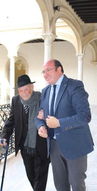 El presidente de la Comunidad recibe al 'tío Juan Rita', trovero murciano que la próxima semana cumple 104 años, Foto 2