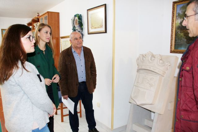 El Ayuntamiento recibe un escudo de Alhama en piedra donado por la familia Provencio Egea, Foto 1