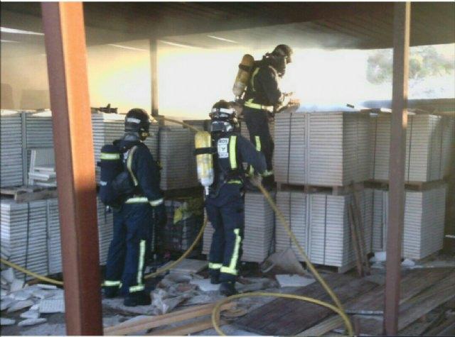 Incendio en una nave en Totana, cerca del Colegio de la Cruz, Foto 1