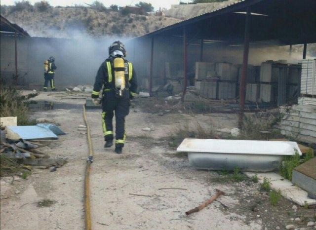 Incendio en una nave en Totana, cerca del Colegio de la Cruz, Foto 2