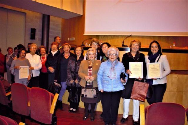 La Asociación de Amas de Casa de Cartagena entregó ayer a tres profesionales de la enseñanza sus IX premios Día de la Mujer - 1, Foto 1