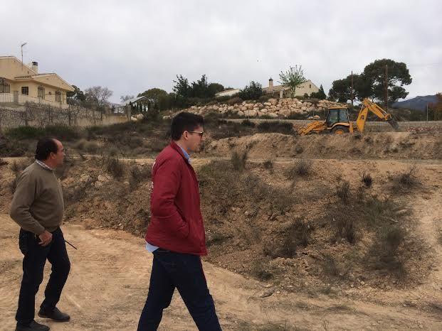 Limpian varias parcelas de propiedad municipal en la urbanización La Charca, Foto 1