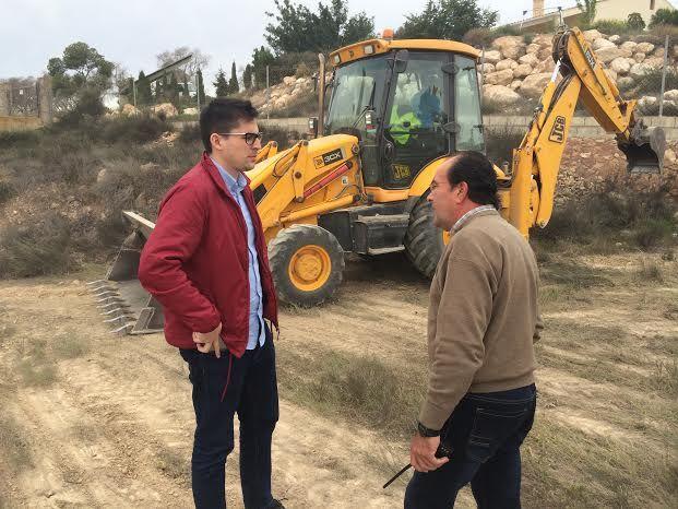 Limpian varias parcelas de propiedad municipal en la urbanización La Charca, Foto 2