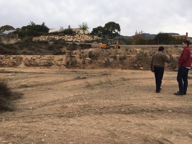 Limpian varias parcelas de propiedad municipal en la urbanización La Charca, Foto 3
