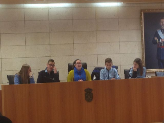 """Students of 2 ° of the ESO of the School """"La Milagrosa"""" present to the Councilor for Youth the project #Juvenocio 3.0, Foto 2"""