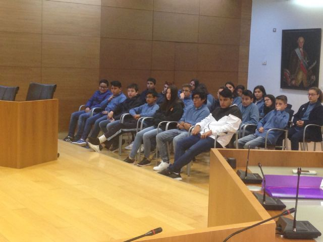 """Students of 2 ° of the ESO of the School """"La Milagrosa"""" present to the Councilor for Youth the project #Juvenocio 3.0, Foto 4"""