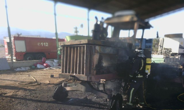 Firefighters quickly and effectively suffocate the fire of agricultural machinery in Totana