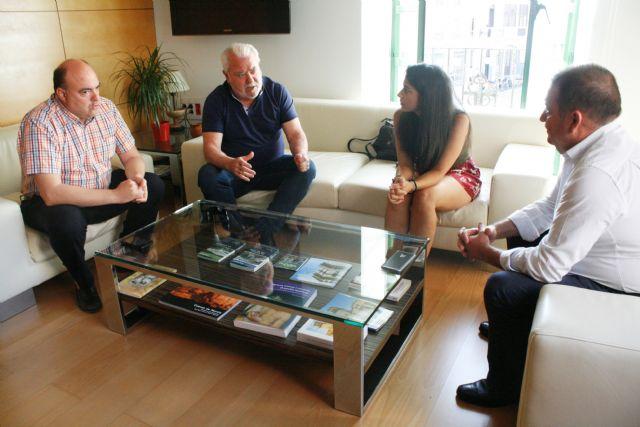 El alcalde y la concejal de Deportes se reúnen con miembros de la Junta Directiva del Olímpico de Totana, Foto 1