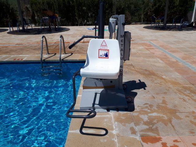 Se ha instalado en la piscina una silla de acceso para personas con movilidad reducida - 1, Foto 1