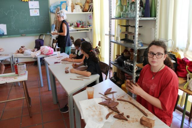 """A dozen young people have participated in the Workshop of Plastic Arts, Painting and Sculpture, organized in """"La Cárcel"""" within the program """"Totana Verano"""", Foto 3"""