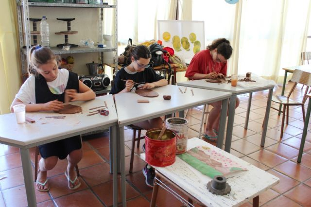 """A dozen young people have participated in the Workshop of Plastic Arts, Painting and Sculpture, organized in """"La Cárcel"""" within the program """"Totana Verano"""", Foto 4"""