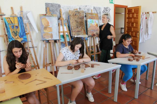 """A dozen young people have participated in the Workshop of Plastic Arts, Painting and Sculpture, organized in """"La Cárcel"""" within the program """"Totana Verano"""", Foto 5"""
