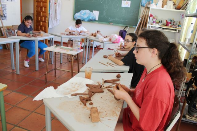 """A dozen young people have participated in the Workshop of Plastic Arts, Painting and Sculpture, organized in """"La Cárcel"""" within the program """"Totana Verano"""", Foto 8"""