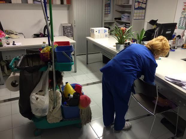 Se realizará un estudio que valore la posible municipalización del Servicio de Limpieza de Interiores actualmente privatizado, Foto 1