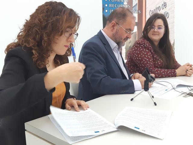 Se suscribe un contrato con una nueva emprendedora en el Vivero de Empresas de Totana