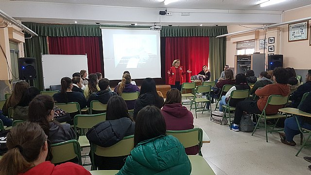 Cruz Roja Totana impartió charlas sobre voluntariado en IES Prado Mayor, Foto 1