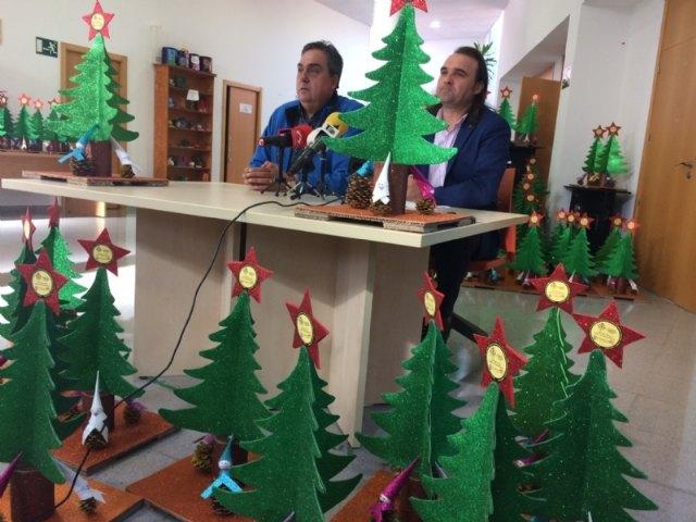 Usuarios de los Centros de Día para la Discapacidad entregan a la Asociación de Comerciantes los ornamentos navideños con los que adornarán estas fiestas sus establecimientos comerciales, Foto 1