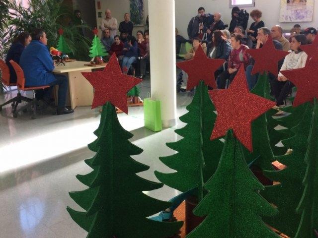 Usuarios de los Centros de Día para la Discapacidad entregan a la Asociación de Comerciantes los ornamentos navideños con los que adornarán estas fiestas sus establecimientos comerciales, Foto 3