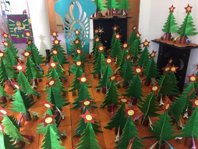 Usuarios de los Centros de Día para la Discapacidad entregan a la Asociación de Comerciantes los ornamentos navideños con los que adornarán estas fiestas sus establecimientos comerciales, Foto 4
