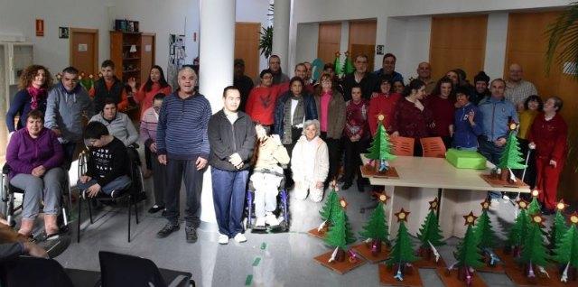 Usuarios de los Centros de Día para la Discapacidad entregan a la Asociación de Comerciantes los ornamentos navideños con los que adornarán estas fiestas sus establecimientos comerciales, Foto 5