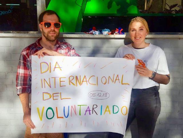 El Espacio Joven regala flores por el Día Internacional del Voluntariado - 1, Foto 1