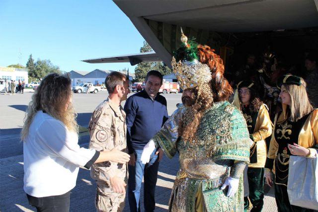 Un año más SS.MM. los Reyes Magos llegaron por el aire a Alcantarilla, a la Base Aérea - 2, Foto 2