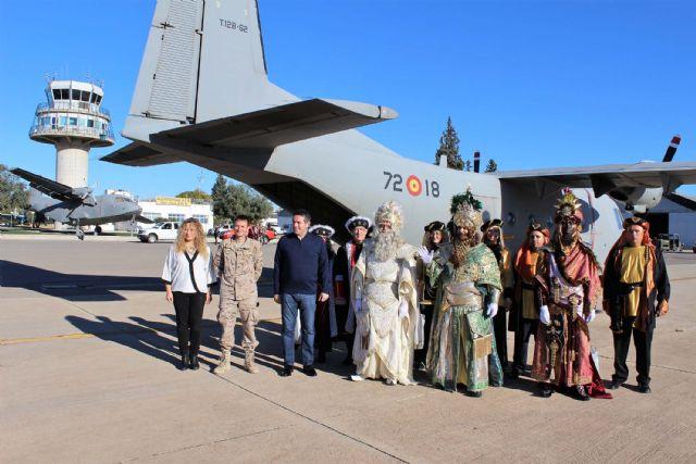 Un año más SS.MM. los Reyes Magos llegaron por el aire a Alcantarilla, a la Base Aérea - 3, Foto 3