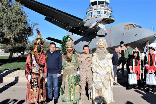 Un año más SS.MM. los Reyes Magos llegaron por el aire a Alcantarilla, a la Base Aérea - 4, Foto 4