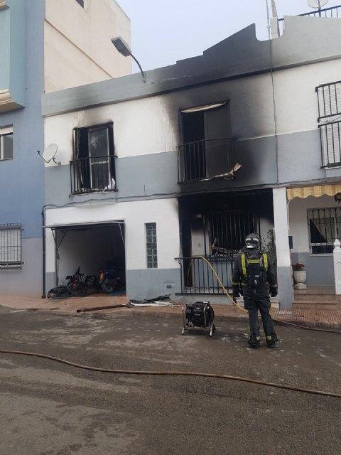 Cinco personas atendidas por inhalación de humo en el incendio de una vivienda en Totana, Foto 1