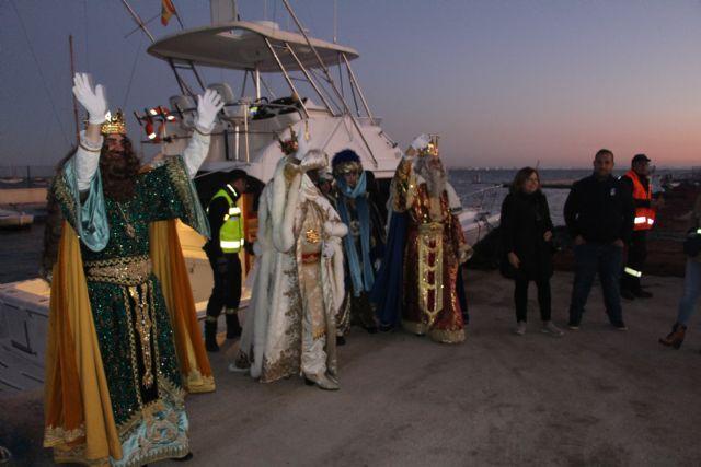 Miles de pinatarenses reciben con ilusión a los Reyes Magos, llegados por mar a la costa de la localidad - 1, Foto 1