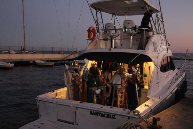 Miles de pinatarenses reciben con ilusión a los Reyes Magos, llegados por mar a la costa de la localidad - 2, Foto 2
